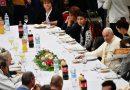 Franciscus luncht met 1500 armen